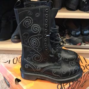 HTF DrMartens Le Voodoo 14 hole Boots